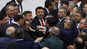 AK Parti ile CHP milletvekilleri arasında arbede