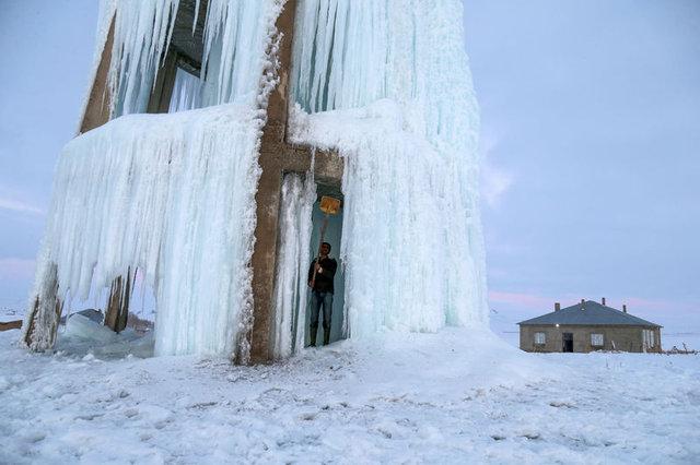 """Van'da su deposu """"buz kulesi""""ne dönüştü"""