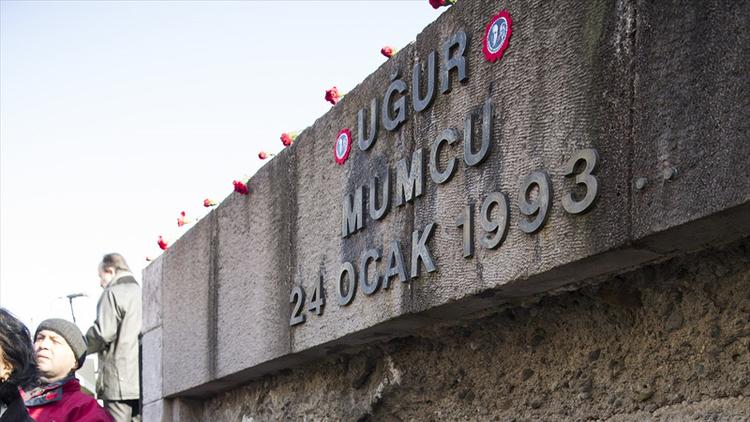 Gazeteci Uğur Mumcu'nun suikasta uğradığı sokakta bulunan anıtın harfleri kimliği belirsiz kişiler çalındı.