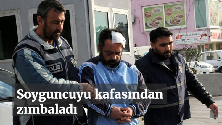 Osmaniye'de güvenlik görevlisi banka şubesini soymaya çalışan hırsızı, kafasına zımba makinesi vurarak yakaladı.