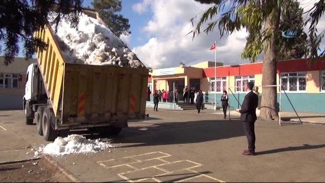 Mersin'de Kabasakallı İlkokulu'ndaki öğrencilere kar sürprizi