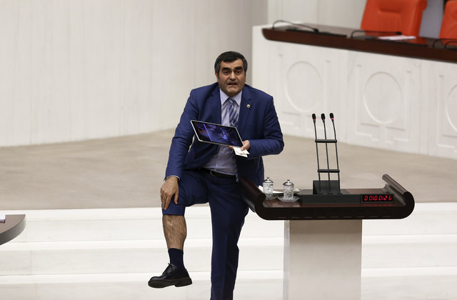 CHP'li Milletvekil 'ısırılma polemiği'ne dahil oldu! Kürsüde bacağını gösterdi