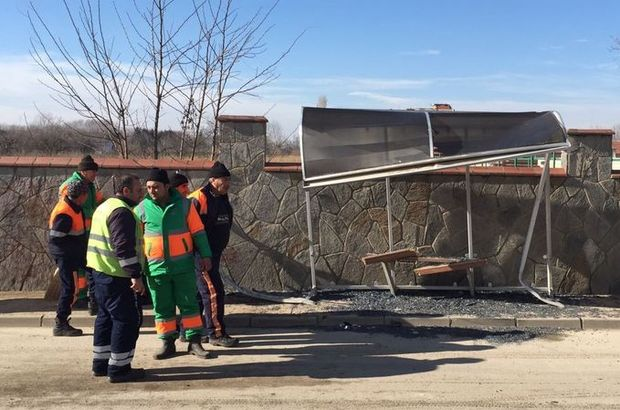 Bursa'da otomobil otobüs durağına daldı: 8 yaralı