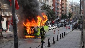 Kocaeli'de özel halk otobüsü alev alev yandı