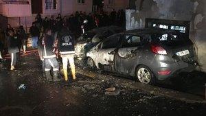 Sancaktepe'de park halinde bulunan iki otomobil alev alev yandı