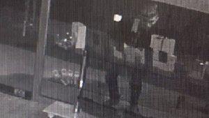 Şaşkın hırsız maket telefonları çaldı