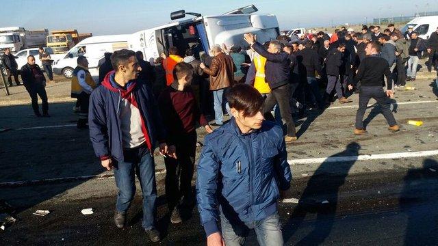 Rize'de TIR, yolcu midibisüne çarptı