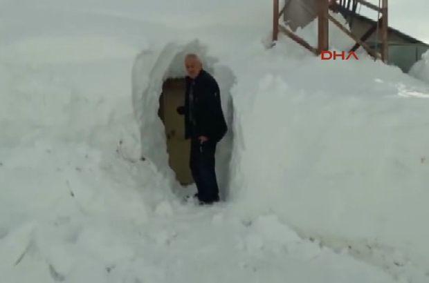 Konya'da Kardan kapanan evlerine tünelden giriyorlar