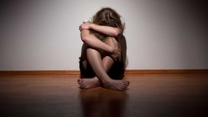 18 yaşındaki kızını istismardan tutuklandı
