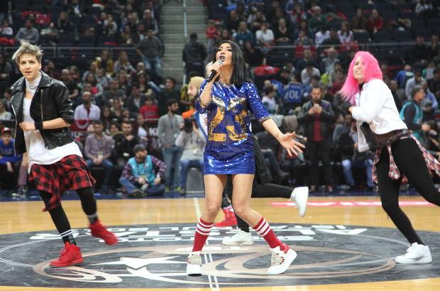Hande Yener, kostümüyle ponpon kızları aratmadı