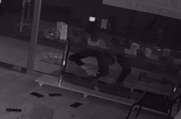 Maket telefonları çalan hırsızı babası polise teslim etti
