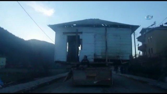 Simop'ta Baba yadigarı evi kamyonla taşıdı