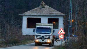 Baba yadigarı evi kamyonla taşıdı