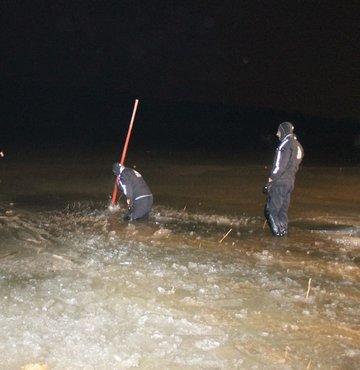 Buz tutan gölde suya düşen kişi kayboldu