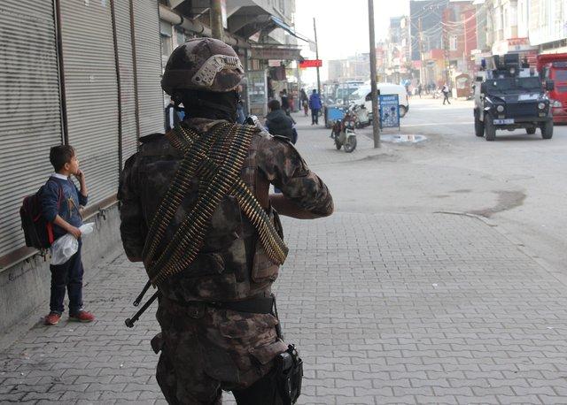 Adana'da polisi gören kadın, Apo çıkarmasını bıçakla kazıdı
