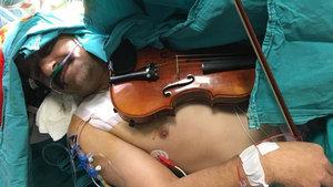 Ameliyatta şarkı söyledi, çıkınca keman çaldı!
