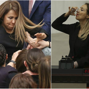 Meclis'te kendini kürsüye kelepçeledi