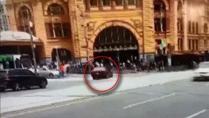 Aracını yayaların üzerine sürdü! 3 Ölü, 20 yaralı