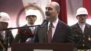 Bakan Soylu'nun arkasındaki asker tören sırasında fenalaştı