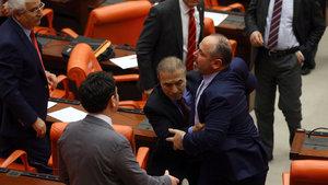 "CHP'li ve MHP'li vekiller arasında ""MHP'li bakan"" tartışması"