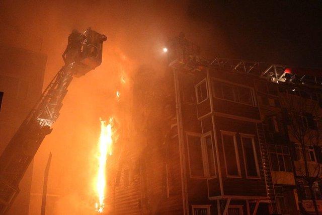 Beşiktaş'ta 3 katlı ahşap binada yangın