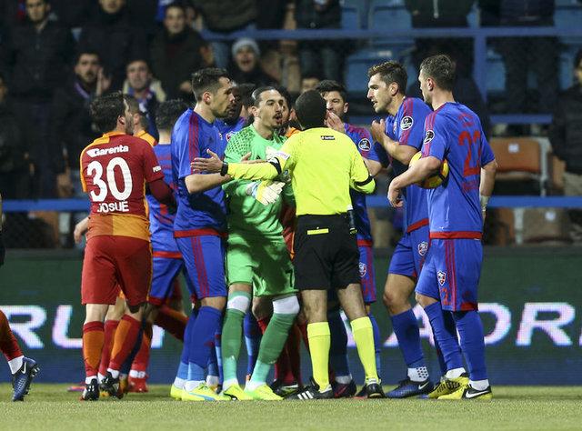 Galatasaray - Karabükspor maçına damga vuran kararlar...