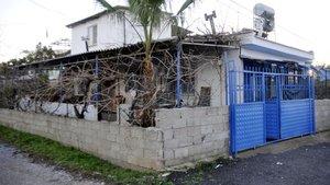 Antalya'da evine operasyon yapılan kadın kalp krizinden öldü