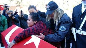 Şanlıurfa'da polisin tabutuna sarılan kadının şehidin yakını olmadığı ortaya çıktı