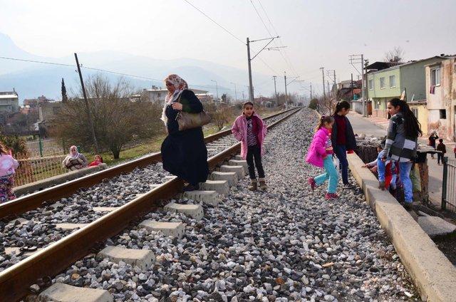 Manisa'da demiryolu engeli ölüme davetiye çıkarıyor