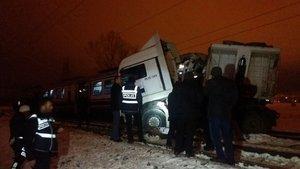 Kütahya'da yolcu treni TIR'a çarptı