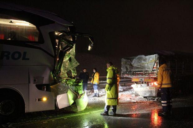 Sivas'ta yolcu otobüsü TIR'a çarptı: 10 yaralı