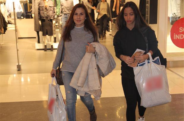 Nilüfer, kızı Ayşe Nazlı ile alışverişte