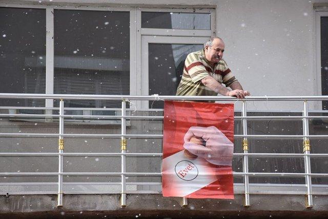 İnternet fenomeni bu kez 'Evet' bayrağını balkonuna astı