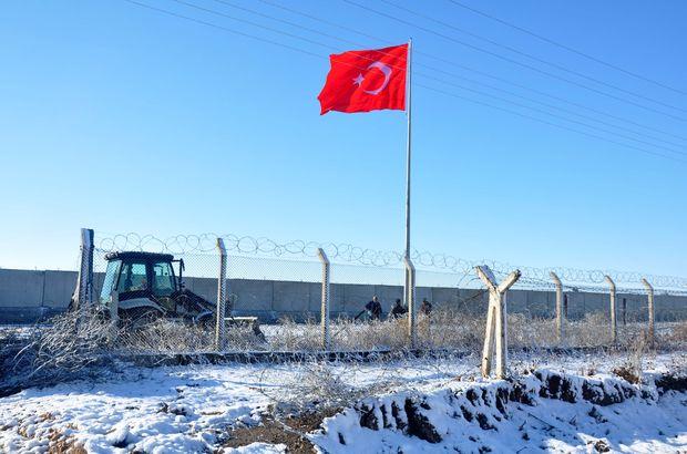 Akçakale Belediyesi'nden sınıra dev Türk bayrağı