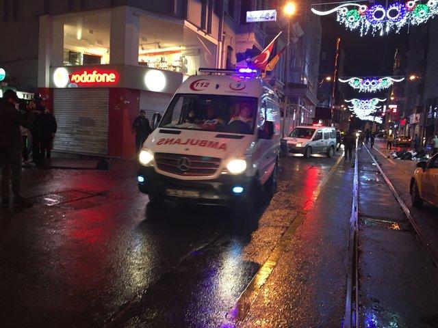 Beyoğlu'nda silahlı kavgada 1'i polis, 4 kişi yaralandı
