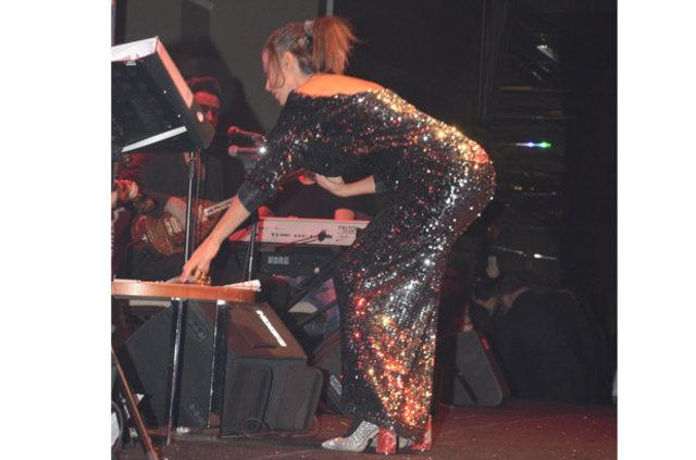 Yıldız Tilbe, sahnede terziliğe soyundu