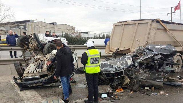 Kocaeli'de freni patlayan kamyon 12 aracı biçti