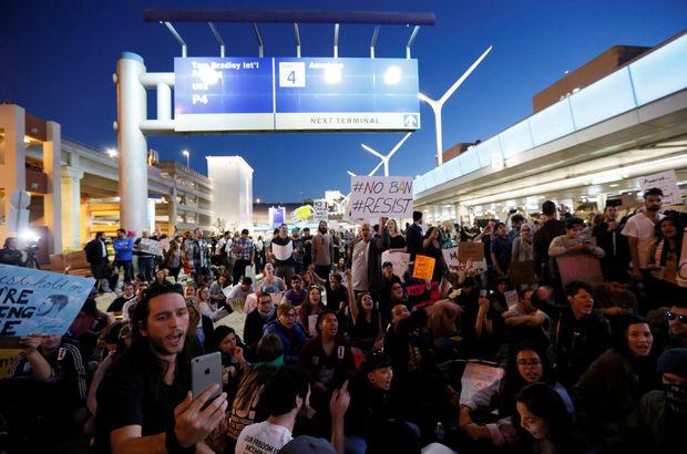ABD'de binler Trump'a karşı havaalanlarına akın etti!