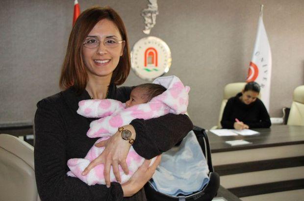 Amasya'da sınava giren öğrencinin bebeğine akademisyen baktı
