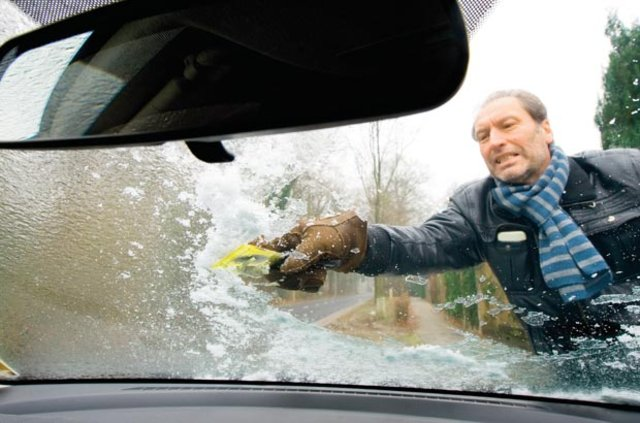 Arabanın buzlu camlarını temizlemek kalp krizi nedeni
