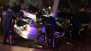 Antalya'da otomobil ağaca çarptı: 2 ölü, 2 yaralı