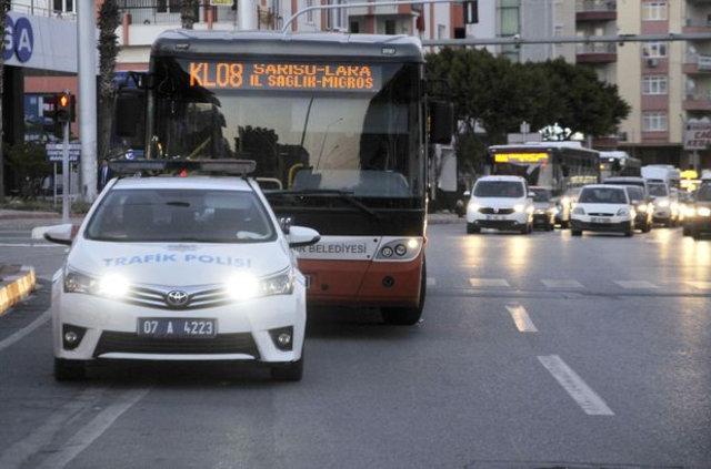Antalya'da bir kişi otobüste boğazına bıçak dayayıp, polise direndi