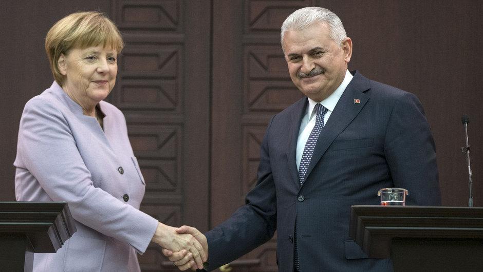 Binali Yıldırım ve  Merkel açıklama yapıyor