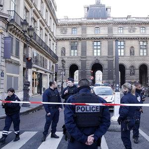 Louvre Müzesi yakınlarında çatışma!