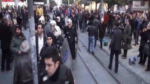Kadıköy'de 'Hayır' bildirisi dağıtan grupla polis arasında gerginlik