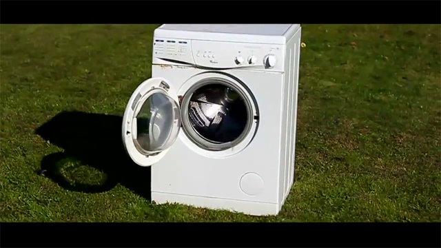 Merak duygusu sınır tanımıyor! Çalışır haldeki çamaşır makinesine taş attılar!
