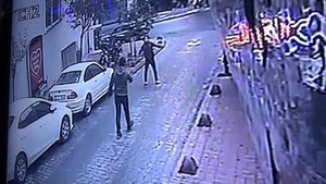 Beyoğlu'nda bıçak ve kurusıkılı kavga: 2 yaralı