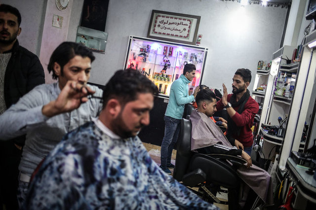 Gazzeli berberin elektrik kesintilerine karşı ilginç çözümü