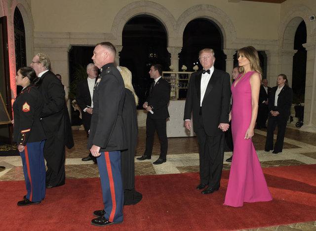 Trump, Melania'nin elini bıraktı
