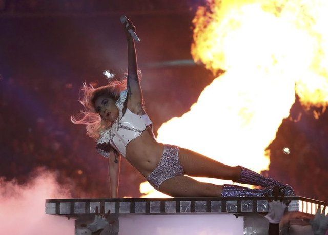 Lady Gaga, Süper Kupa konserinde performansıyla büyüledi